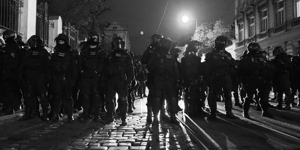 17.XI .2015 Policisté chrání Strakovku pred ultrapravicaky Eugen Kukla cr