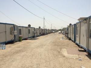 Dlouhé řady plechových kontejnerů, často až 10 hodin denně bez elektřiny. Ve čtyřicetistupňových vedrech někdy stěny pálí natolik, že se jich nedá dotýkat, foto: GEN21