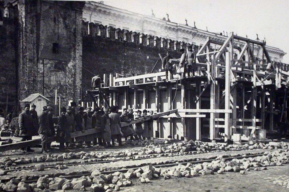 Stavba druhého dřevěného mauzolea, 1924 Foto: pastvu.com/p/94640