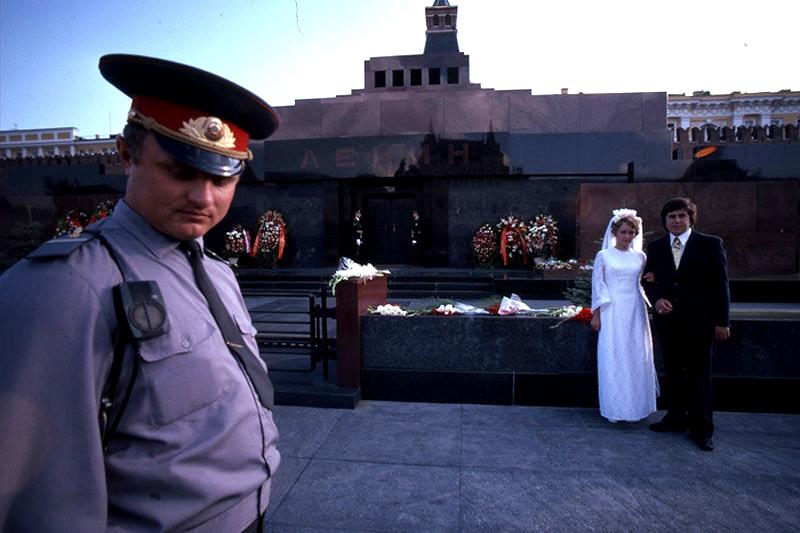 Tradiční svatební fotografie u mauzolea, 1975 Foto: pastvu.com/p/66832