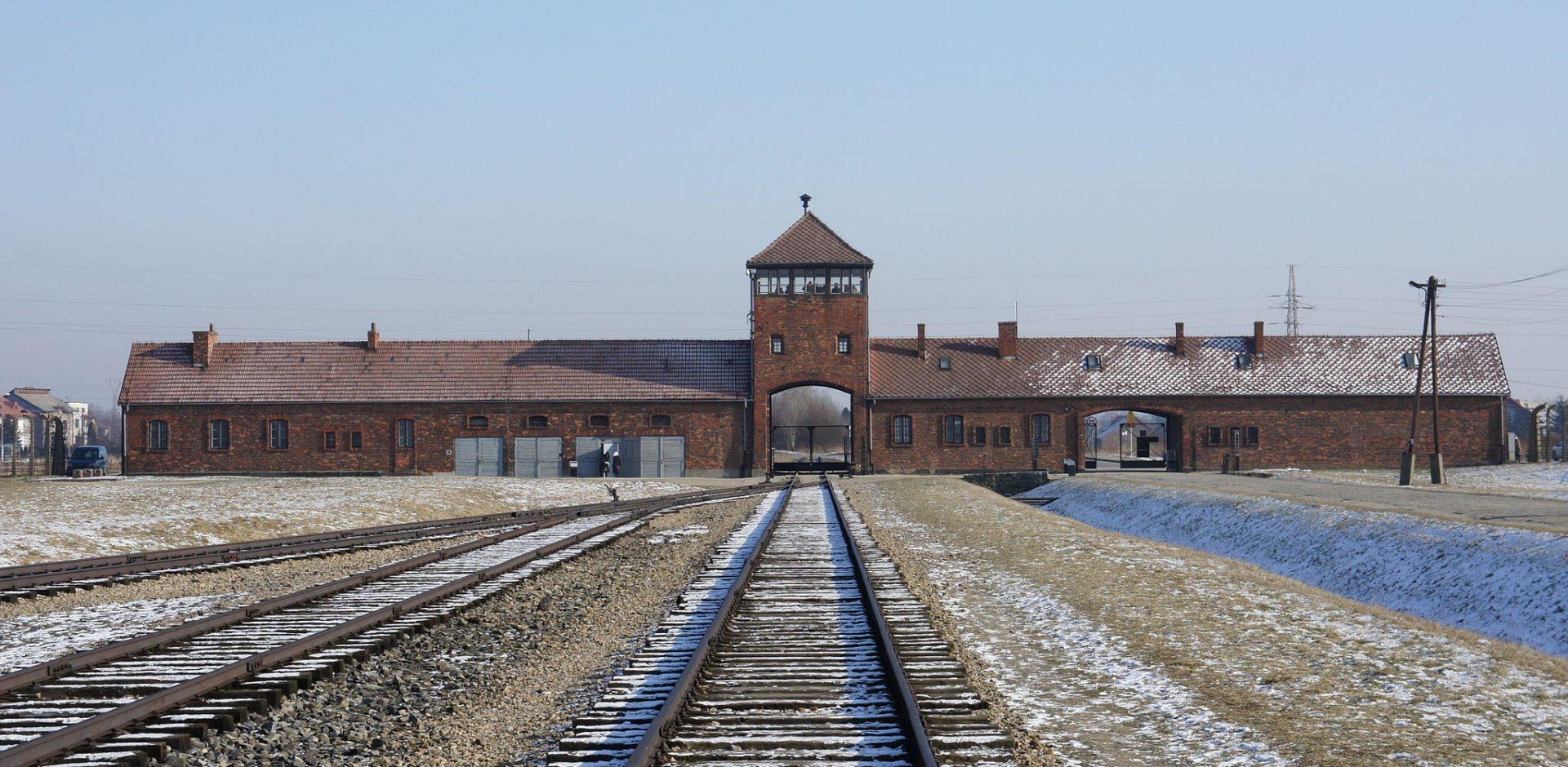2048px Entrée de Birkenau   hiver e1471178611333