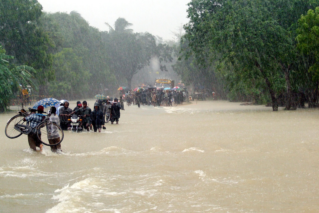 People tackling the floods in Vanni Sri Lanka photo trokilinochchi