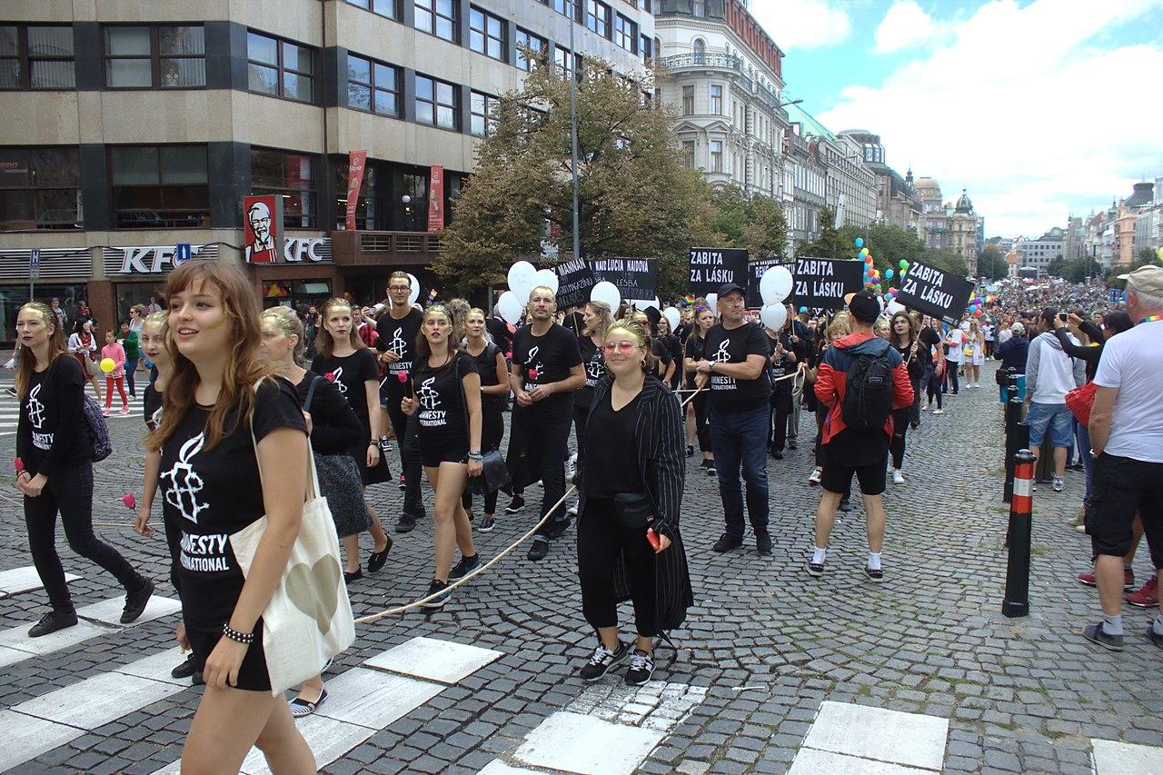 Praha Václavské náměstíPride2017 Amnesty International foto Aktron Wikimedia Commons