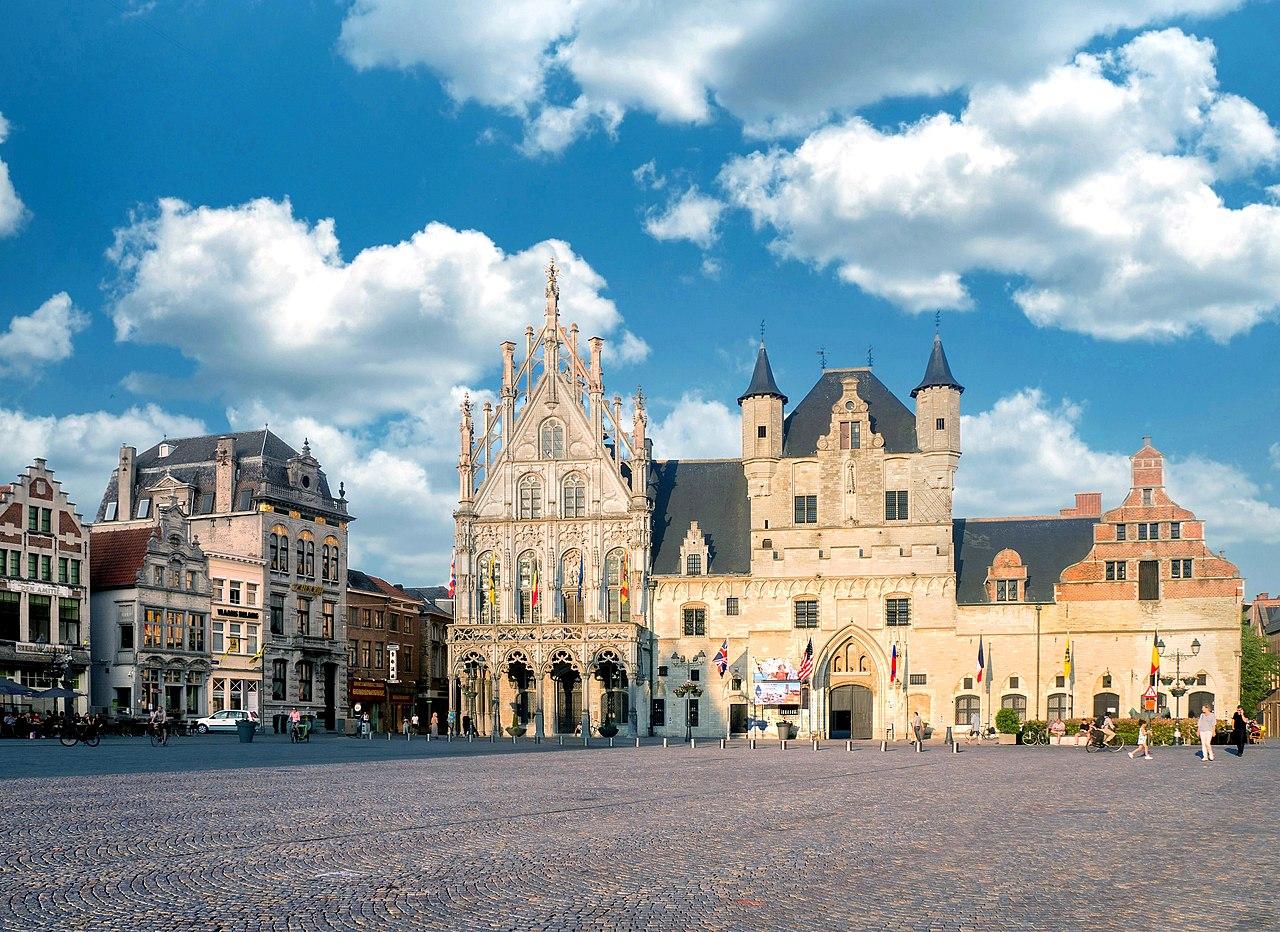 Mechelen Großer Markt mit Rathaus und Tuchhalle by Rolf Kranz