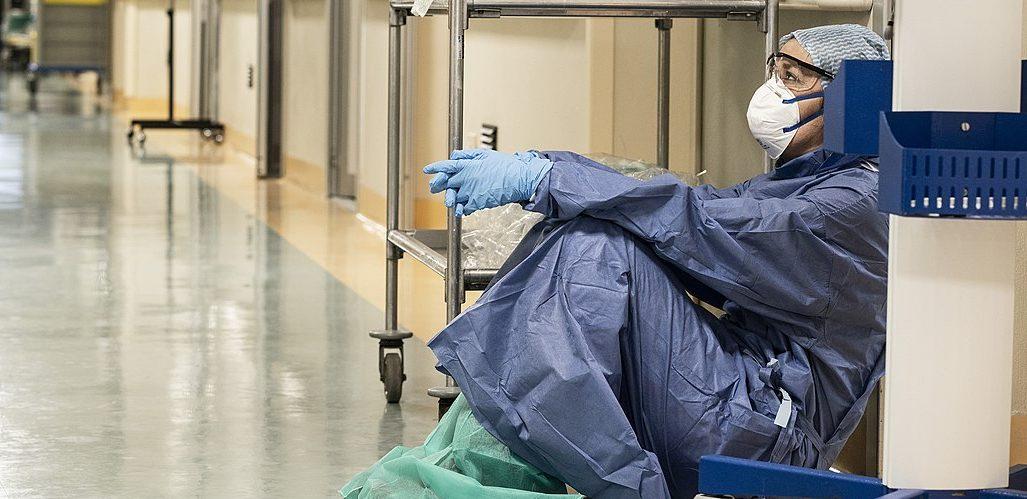 Annalisa Silvestri del Hospital San Salvatore en Pésaro Italia al final de su turno durante la pandemia de COVID 19 el 19 de marzo de 2020 by Alberto Giuliani e1597769798626