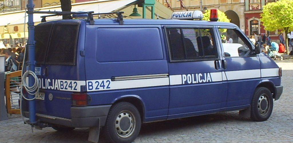 Polska Policja. Furgonetka VW T4 wyposazona w kamere do nagrywania demonstracji