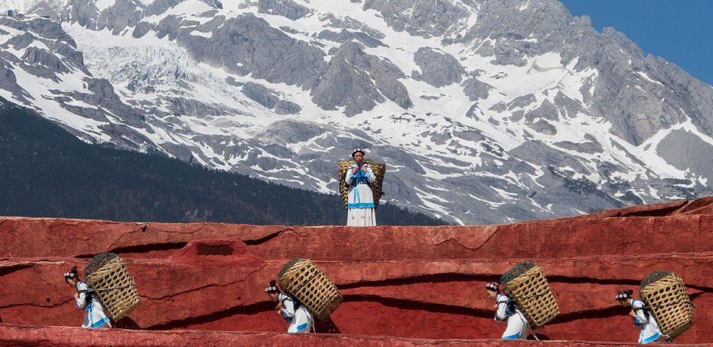 Zeny etnika Naxiu 纳西族 nesou typicke mistni nuse Uwe Aranas