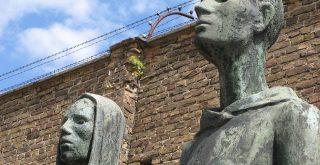 Bronzeplastiken vor der ehemaligen Lagermauer in der Mahn und Gedenkstätte Ravensbrück im ehemaligen KZ Ravensbrück Deutschland Nina Volare